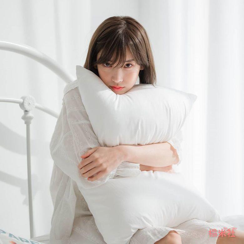 钢琴网红Leezy写真图,透视白裙下厨,白皙完美脸蛋,身材曲线一览无遗