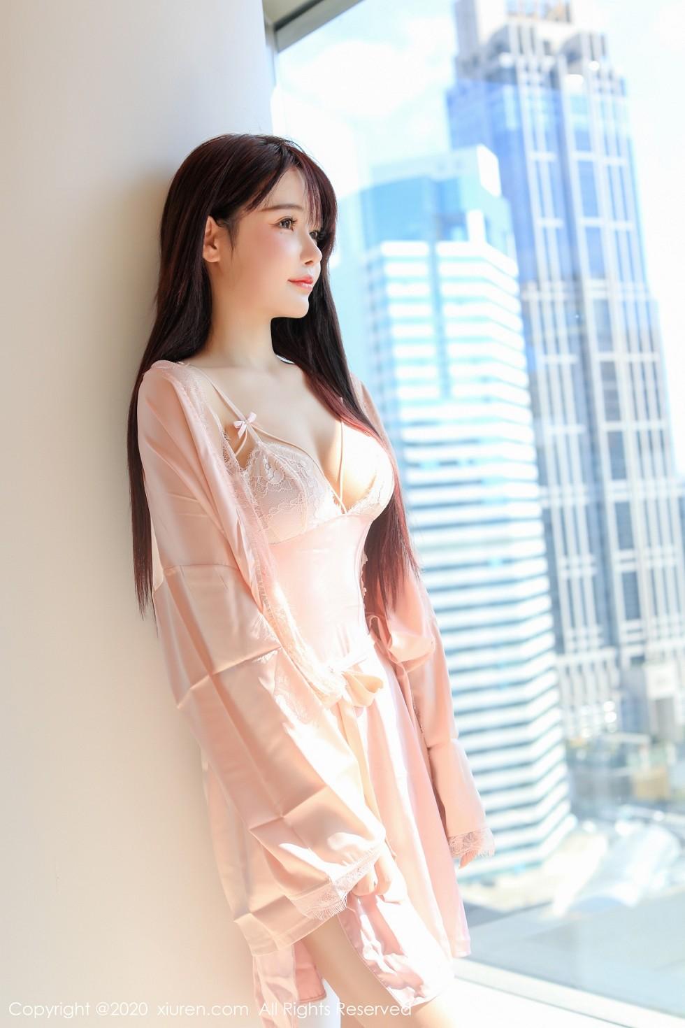 秀人网南初妹妹私房粉色吊带蕾丝睡衣秀完美身材雪白娇乳诱惑写真图