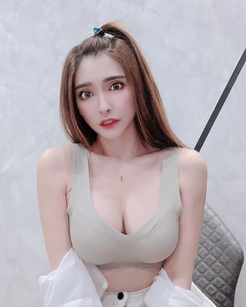 马来西亚女神邢益燕,傲人上围快溢出屏幕,魅眼甜脸精致性感