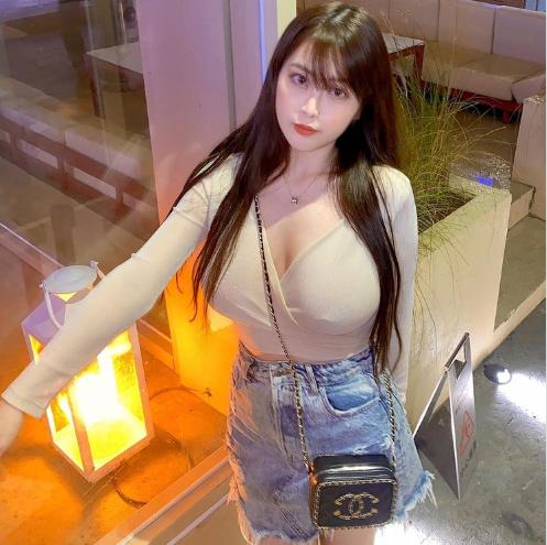 台湾网红Yumi.K搭高铁不忘骚身材,着透视装为粉丝派福利