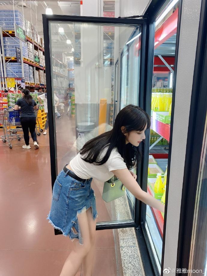 清华女高材生微博网红雅雅moon胸前份量十足,弯腰的姿势好犯规
