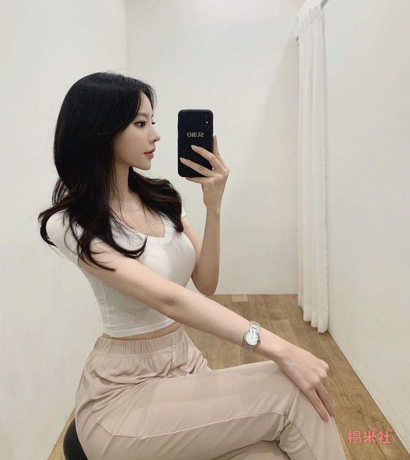 韩国清流妹子Berosy: 超勾人的眼神, 饱满的胸前曲线
